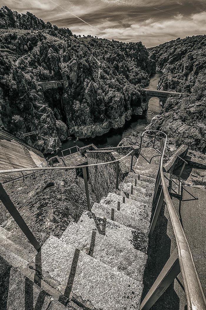 Paisaje rocoso, escaleras de la presa del Villar hacia el río